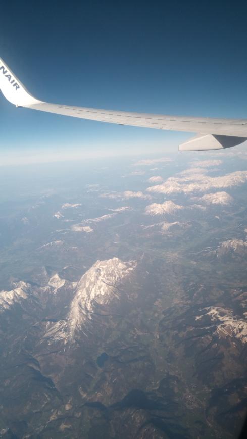 Aeroplane_wing_ftero_sky_mountains.jpg