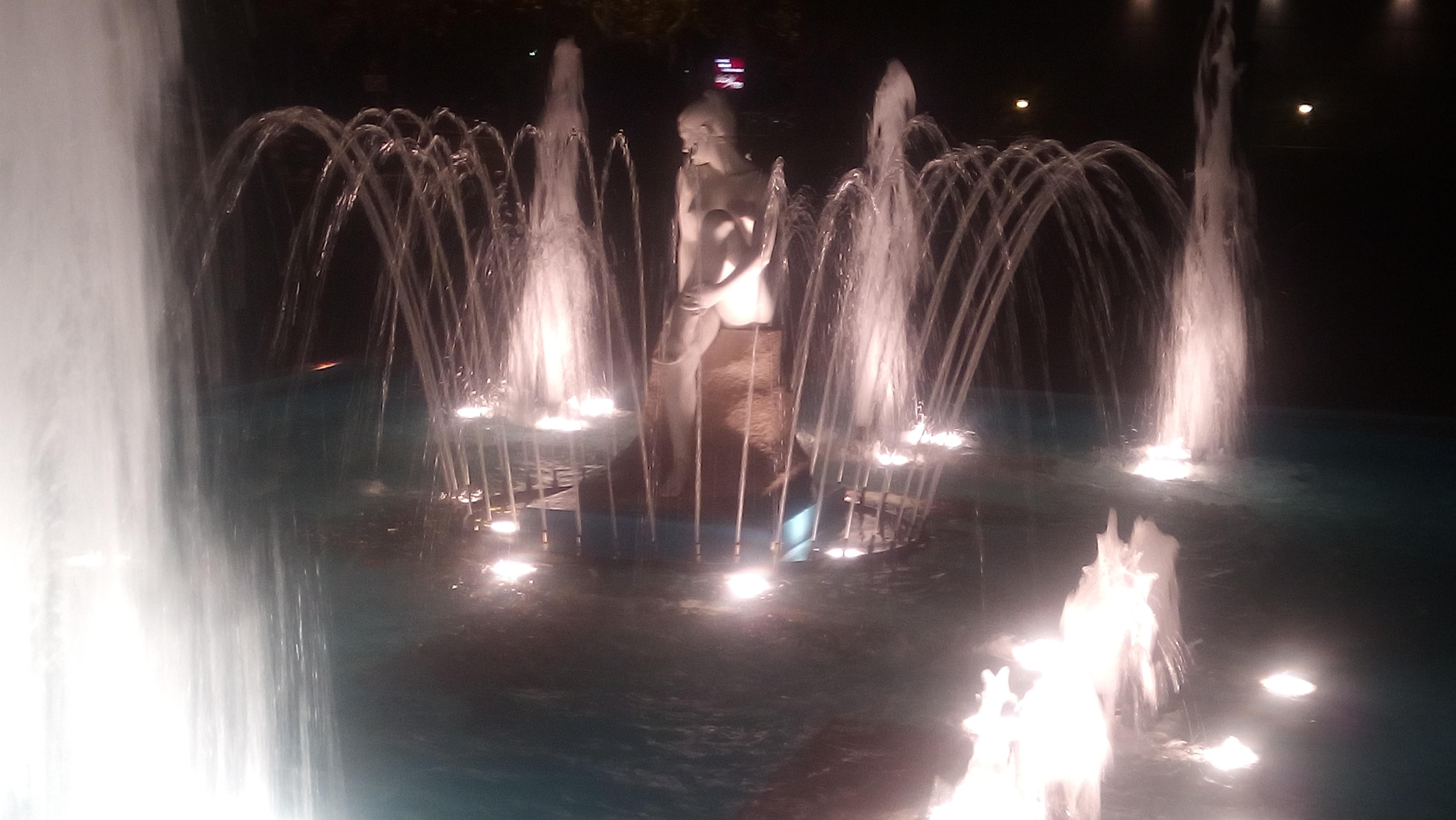 Lady_sculpture_water.jpg